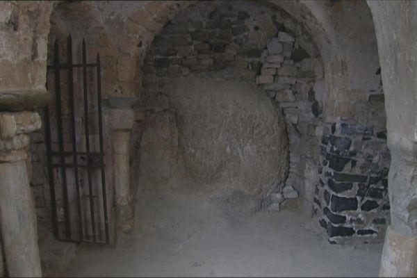 La pierre de fécondité dans la crypte de la chapelle