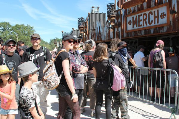 La foule au stand merchandising du Hellfest 2018
