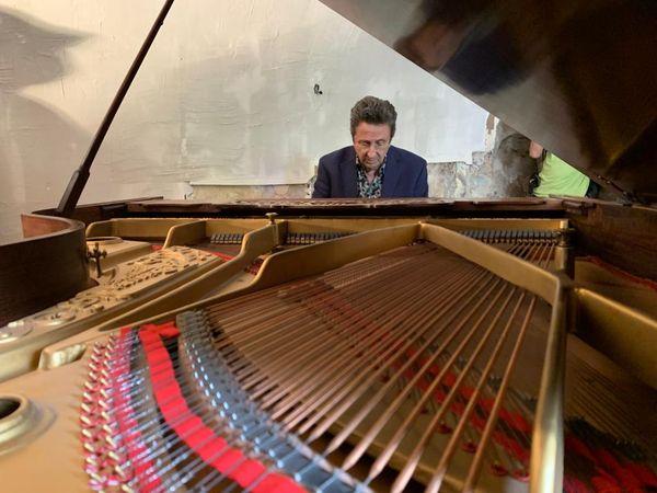 Le pianiste Philippe Villa lors du concerto donné ce week-end à Tende pour le don d'un nouveau piano.