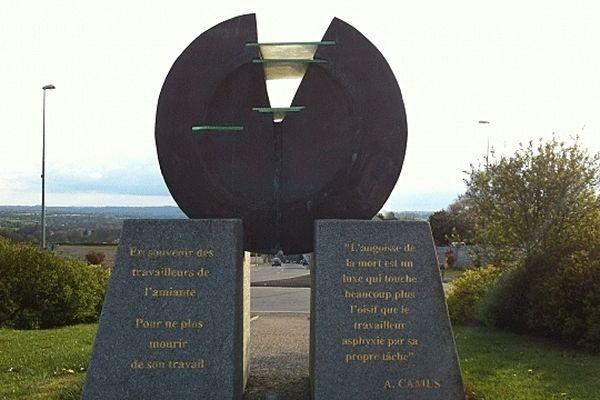 Le Mémorial dédié aux victimes de l'amiante à l'entrée de Condé-sur-Noireau