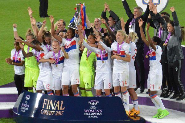 Cardiff, 1er juin 2017 : les féminines de l'Olympique Lyonnais soulèvent pour la quatrième fois le trophée de la Ligue des Champions