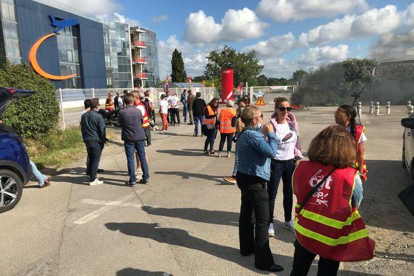 Les représentants des personnels ont fait le choix de rester à l'extérieur de l'entreprise pendant le CSE extraordinaire de HOP ! à Nantes