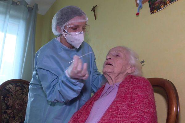 Le personnel a été formé pour réaliser des tests antigéniques.