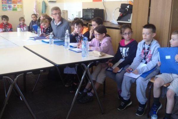Les CE2 de l'école de Bourgueil en conférence de rédaction.