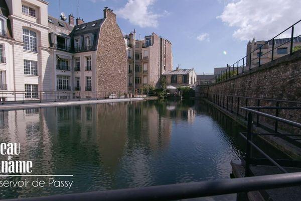 """""""Ville juste"""" est un des trois réservoirs de Passy. Il est formé de deux bassins superposés et fermé par une dalle couverte d'herbe."""