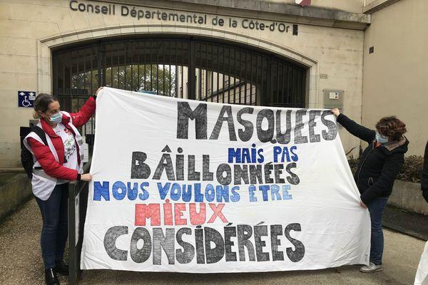 """""""Masquées, mais pas bâillonnées, nous voulons être mieux considérées"""" est un des slogans de la manifestation de jeudi 3 décembre devant le Conseil Départemental de la Côte-d'Or"""