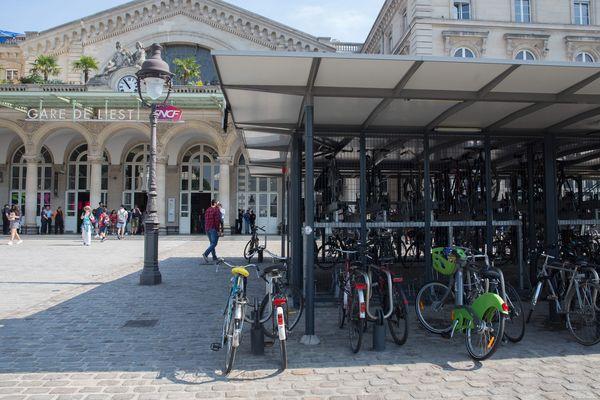 Un parking vélo et une station Veligo à la gare de l'Est à Paris.