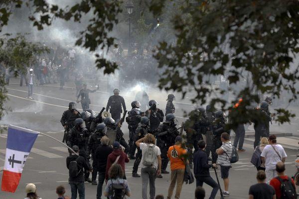 Des affrontements ont eu lieu entre certains manifestants et membres des forces de l'ordre lors des manifestations contre le pass sanitaire samedi dernier.