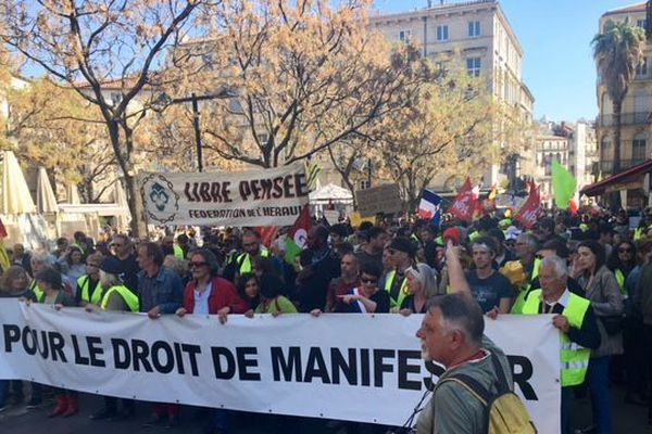Les gilets jaunes ont défilé avec les syndicats et l'extrême-gauche à Montpellier pour réclamer le droit de manifester.