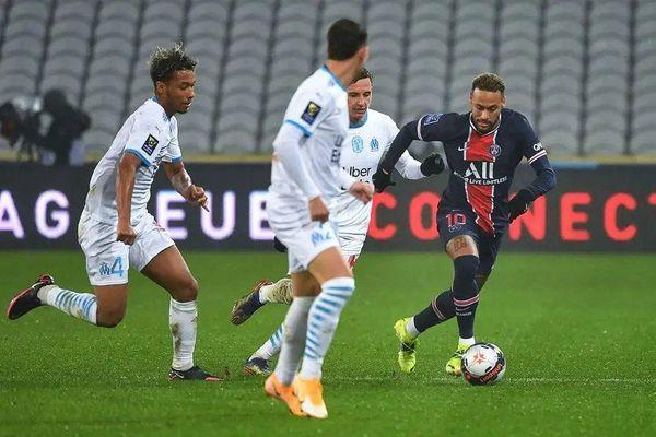 Neymar entouré de Marseillais — AFP
