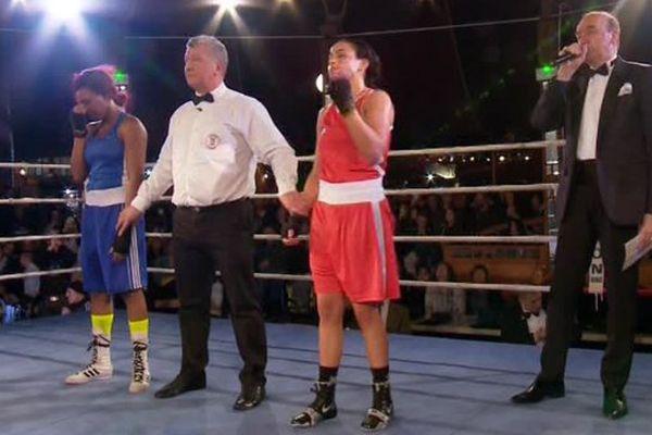 Amina Zidani, en rouge lors de l'annonce officielle de sa victoire et de son titre.