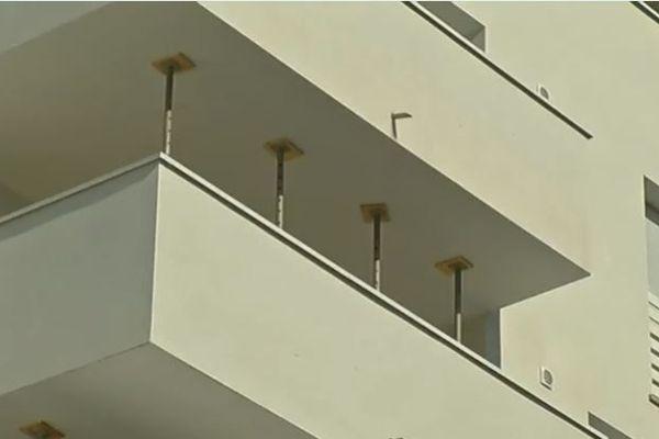 Tous les balcons de cette résidence neuve de 40 logements ont été condamnés. Un expert judiciaire a relevé des risques d'effondrement.