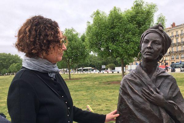 Lorraine Manuel Steel devant la statue de Modeste Testas