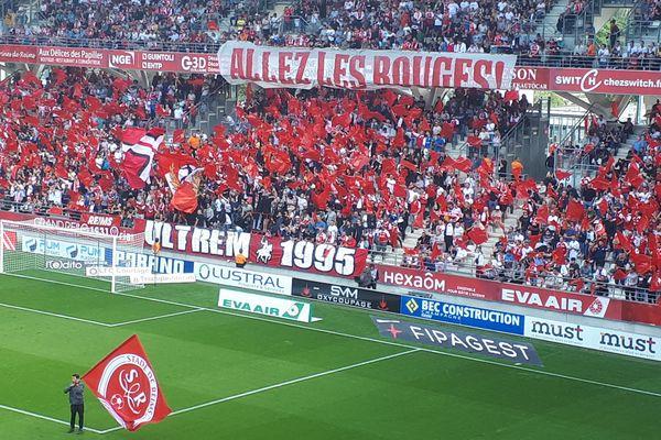 """Les tifos, ce sont les banderoles de tissu réalisées par les supporters, en général des """"ultras"""", et mesurent plusieurs mètres de long"""