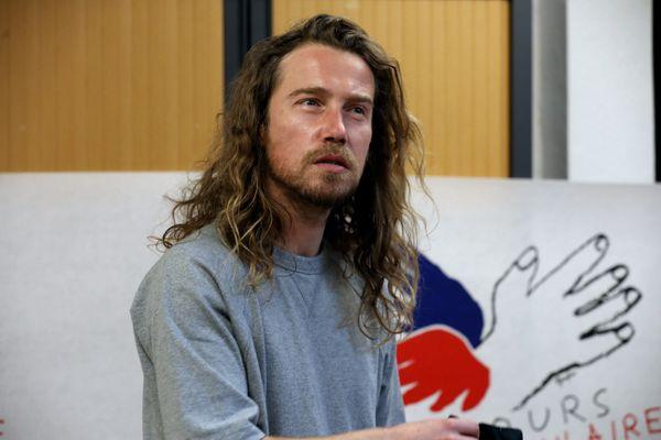 Le chanteur Julien Doré, le 23 novembre 2020, dans les locaux du Secours populaire de Nice avec qui il a lancé une cagnotte en ligne pour aider les sinistrés de la tempête Alex.