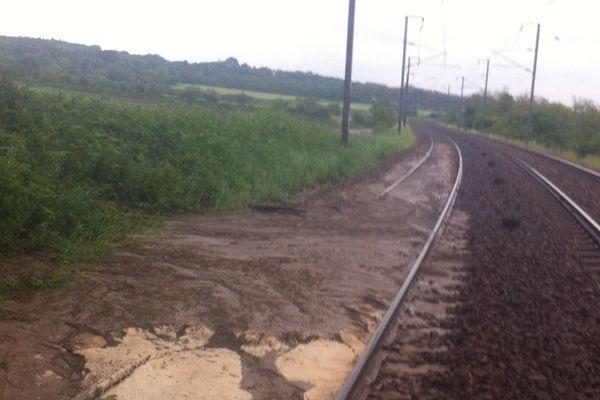Un talus effondré et cette coulée de boue ont bloqué le trafic SNCF