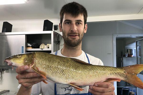 Romain Gadais prépare le fruit de sa pêche pour son restaurant