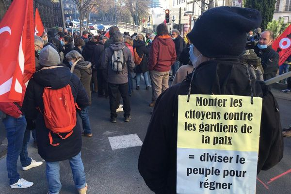 Environ 250 personnes se sont rassemblées ce samedi 21 novembre devant la préfecture du Puy-de-Dôme à Clermont-Ferrand.