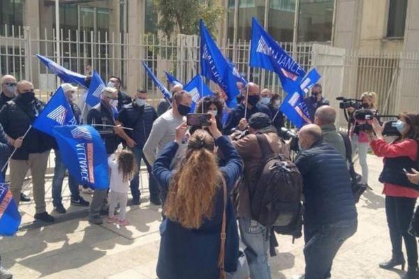 """Plusieurs dizaines de policiers ont manifesté devant le tribunal judiciaire de Montpellier, portant des autocollants bleu blanc rouge """"Policiers - Payés pour servir, pas pour mourir"""". 20 avril 2021."""