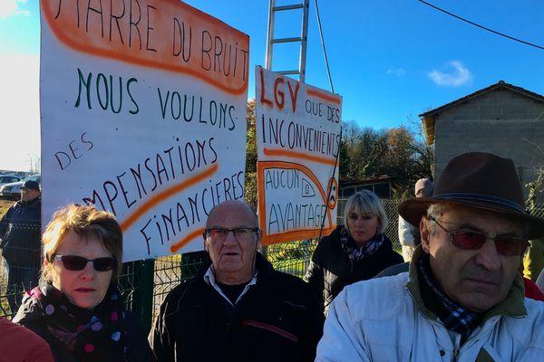 La manifestation contre les nuisances sonores de la LGV Tours-Bordeaux a réuni une centaine de personnes à Sauzé-Vaussais (Deux-Sèvres)