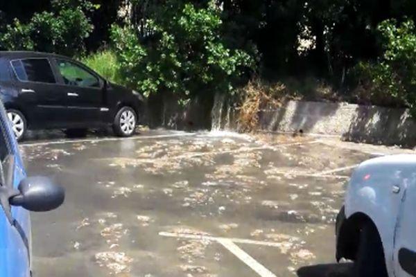 Pour accéder à sa voiture, il faut passer par cette mare