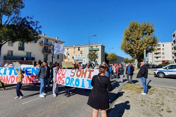 """Sur les banderoles : """"Citoyens abandonnés"""", """"Où sont nos droits"""", """"SOS quartier délaissé"""""""