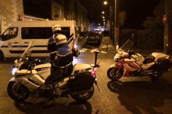 Des policiers bloquaient la rue Villebois-Mareuil au niveau de son intersection avec la rue Anatole-le-Braz. Au fond, la salle Bretagne, où se tenait une conférence de militants d'extrême-droite.