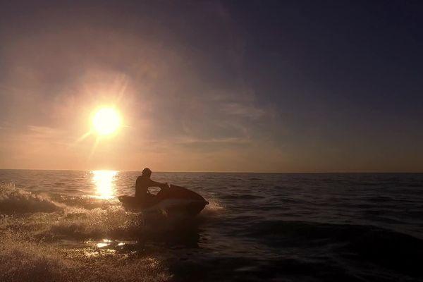 A bord de leurs bolides, ils profitent des vues splendides qu'offre la pleine mer.