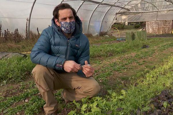 Matthieu Dunand, producteur de fruits et légumes à Cranves-Sales, s'inquiète pour la vente directe en raison du couvre-feu.