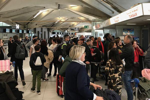 Les passagers devaient prendre leur avion dimanche à 18 h 40. Depuis, ils ne savent pas ce qui va se passer. Et quand.