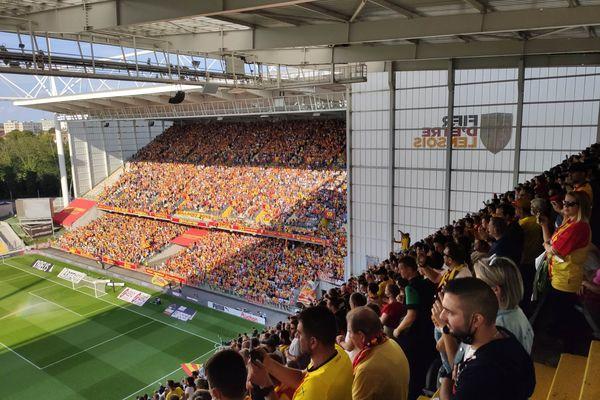 Les supporters présents en nombre au stade Bollaert-Delelis pour le derby du Nord ce samedi 18 septembre 2021.