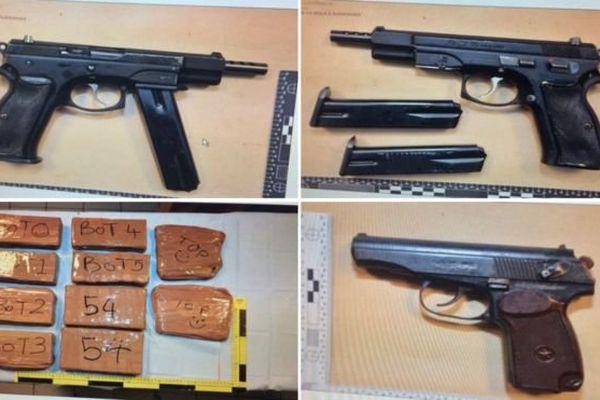 Un policier aux frontières britannique et trois autres personnes ont été arrêtés vendredi par la police française avec des armes et de la drogue.