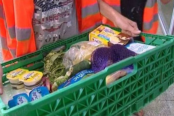 Des étudiants livrent des produits frais aux personnes âgées dans le cadre de l'opération canicule 2013, à Nîmes
