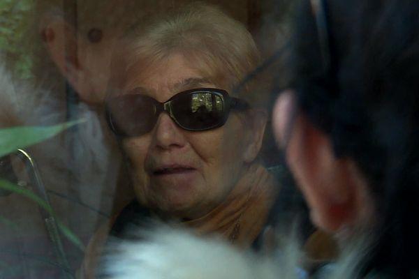A cause du confinement cette dame est contrainte de voir sa fille à travers la vitre de sa chambre d'un EHPAD de la Seyne-sur-Mer