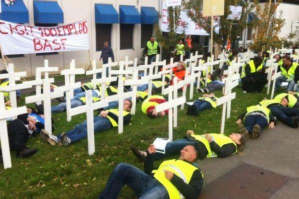 Les salariés de BASF ont signifié leur refus de voir mourir leurs emplois ce matin devant l'usine.