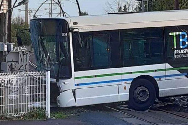 Le bus s'est encastré dans le mobilier de la SNCF.