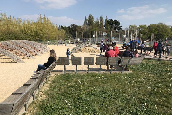 Aménagements ludiques et sportifs sont proposés : supports d'escalade, balançoires, terrains de basket, skate parc...