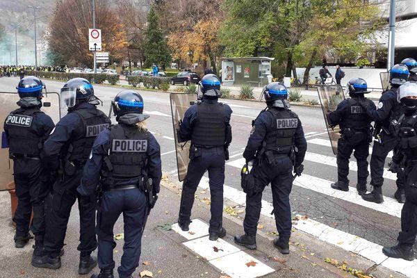 Des policiers tentent de maintenir les gilets jaunes hors de portée du commissariat de Grenoble
