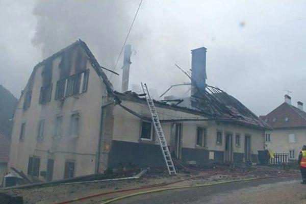 L'incendie s'est déclaré dans cet immeuble situé au 3 rue Verdan, à Villers-le-Lac.