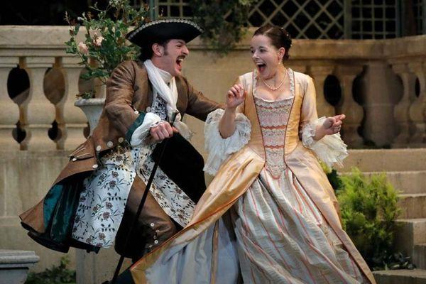 Vincent Dedienne et Laure Calamy dans « Le Jeu de l'amour et du hasard » de Marivaux, mis en scène par Catherine Hiegel.