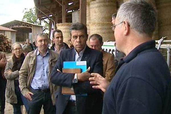 Le président de la FNSEA, Xavier Beulin, visite une exploitation bovine de Celles-sur-Durolle (63).