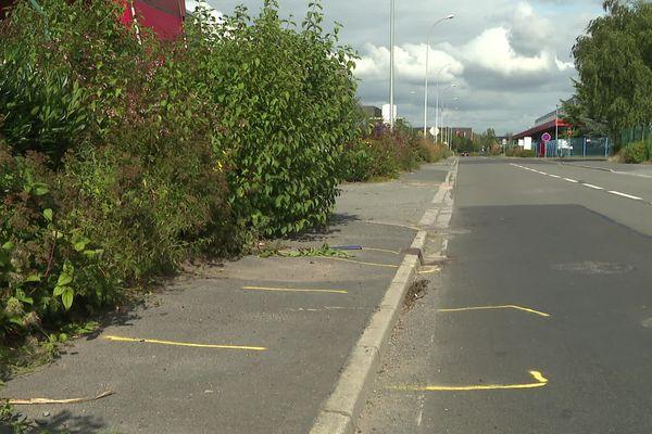 Au lendemain de l'accident, les traces jaunes sur la chaussée délimitent l'emplacement final de la voiture après avoir percuté six personnes.