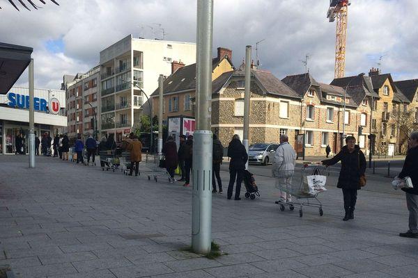 File d'attente devant un supermarché de Rennes