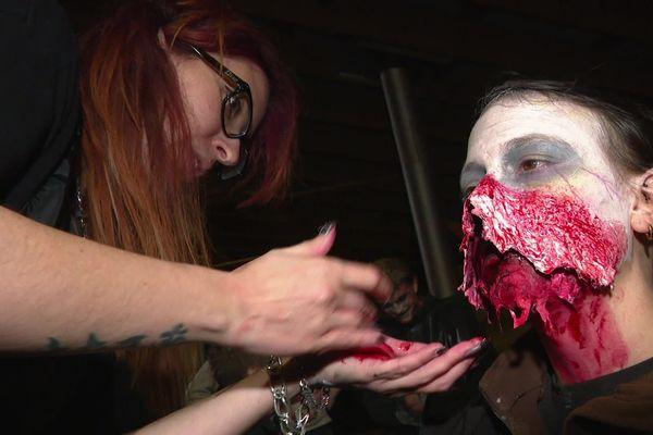 Elodie, d'ordinaire dessinatrice pour enfants, maquille ce soir les bénévoles et les transforme en zombies.