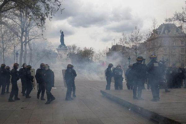 Des affrontements, place de la République, à Paris, le 14 avril 2016.