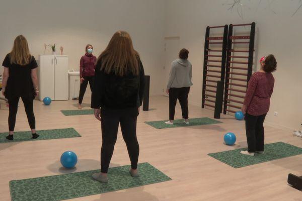 La clinique propose différents ateliers, dont de la méditation, pour soigner les psychopathologies du travail. / © Didier Albrand/FTV