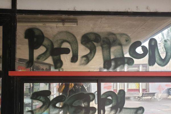 Bastion Social : le nom de l'organisation d'extrême droite, pourtant dissoute, a été taggé sur les murs et les vitres de l'Université Clermont Auvergne.