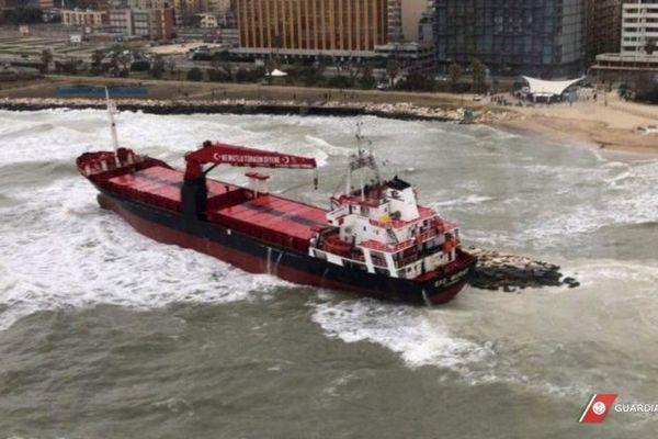 Un cargo turc s'est échoué alors qu'il tentait de se réfugier dans le port de Bari (sud-est), ont indiqué les gardes-côtes italiens.