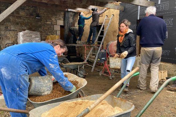 À la Bigotière, il y a tous les mois des chantiers participatifs. Ici, les 'Twizeurs' font de l'enduit chaux chanvre.