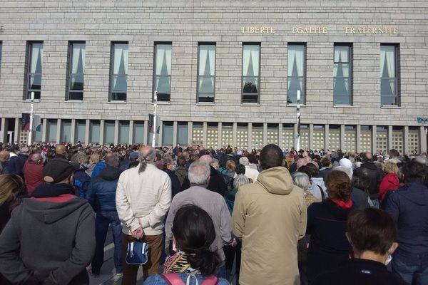 Plus de 1000 personnes rassemblées sur l'esplanade de la mairie à Lorient pour rendre hommage à Samuel Paty